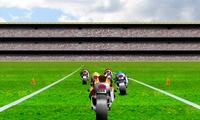 Course de moto sur un terrain de football
